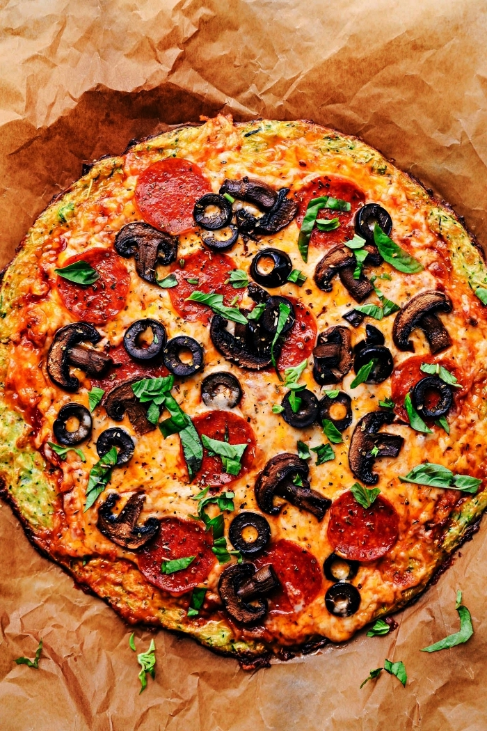 pizza pepperoni à la croûte de courgette, comment cuisiner des courgettes de façon originale, pizza originale avec une base de courgettes