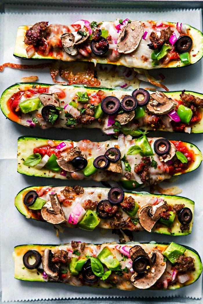 idee recette plat principal, courgettes farcies façon pizza, aux champignons, olives, tomates et fromage