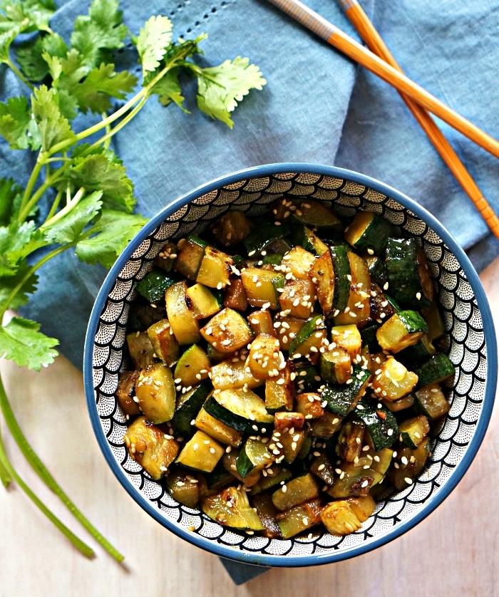 courgettes sautées au sésame et au gingembre à servir avec des grillades