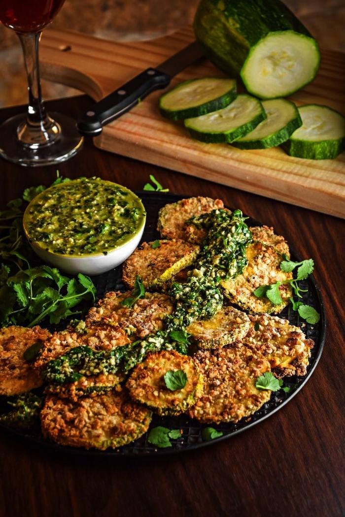 recette facile et rapide pour le soir avec courgettes, recette courgettes au four avec sauce chimichuri vert