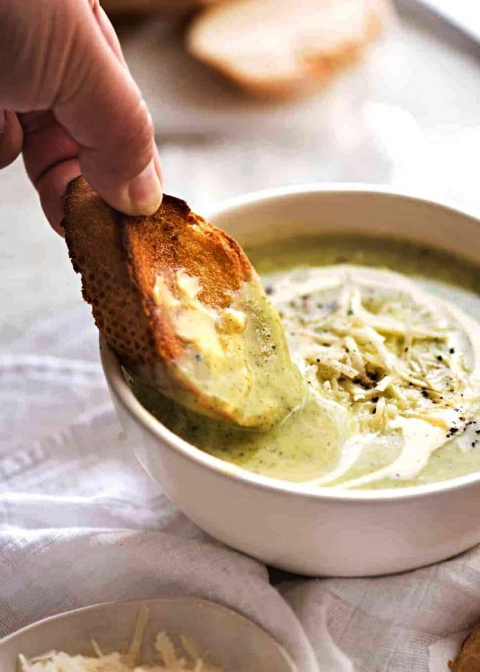 velouté de courgettes, parmesan et oignon, recette plat équilibré, soupe crémeuse aux courgettes