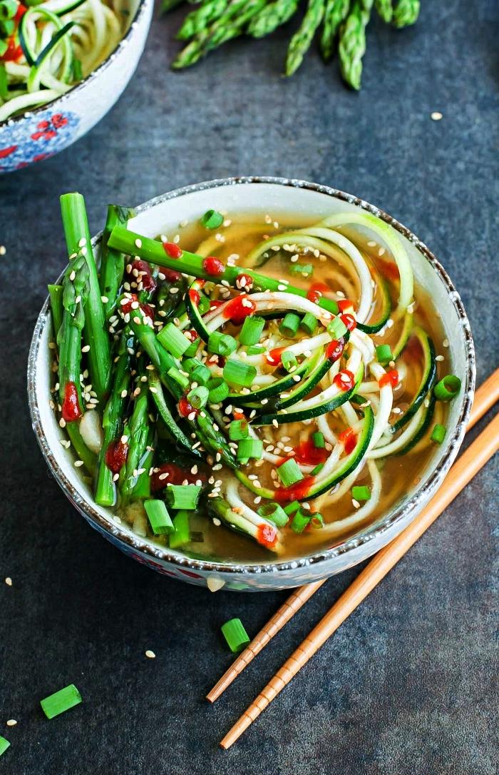 recette de nouilles de courgettes et bouillon miso, comment cuisiner des courgettes de façon originale