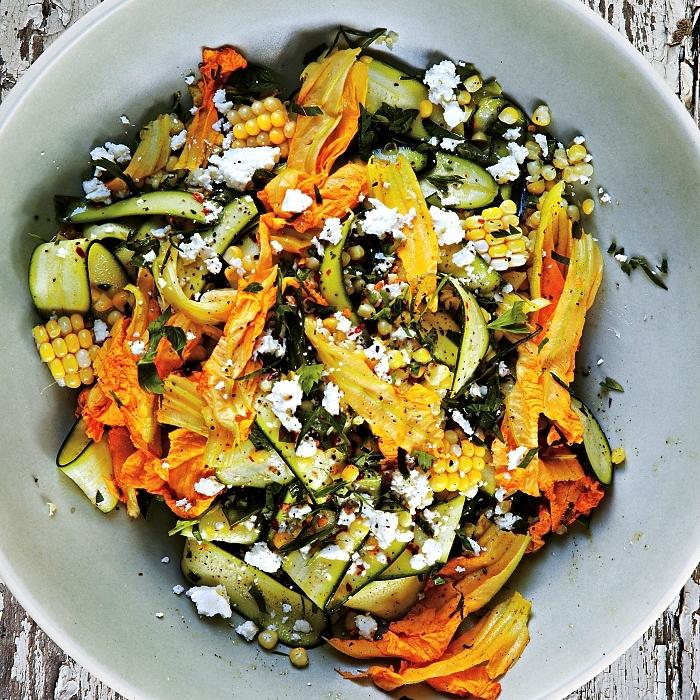 salade composée d'été aux courgettes, fleurs de courgette, maïs et fromage, idée pour cuisiner courgette et fleur de courgette