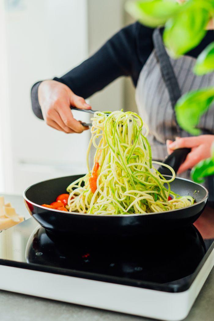 comment faire des spaghetti de courgette à la sauce tomate de tomates cerises à la poele, recette vegetarienne du soir facile