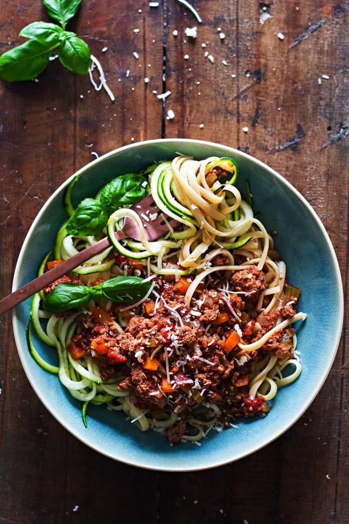spaghettis de courgettes à la sauce bolognaise maison mijotée, que faire avec des courgettes, idées repas à base de courgettes