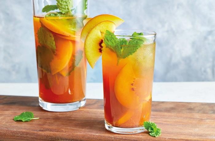 idée boisson froide sans sucre ajoutée au thé vert et tranches de pêche, exemple comment servir un ice tea maison
