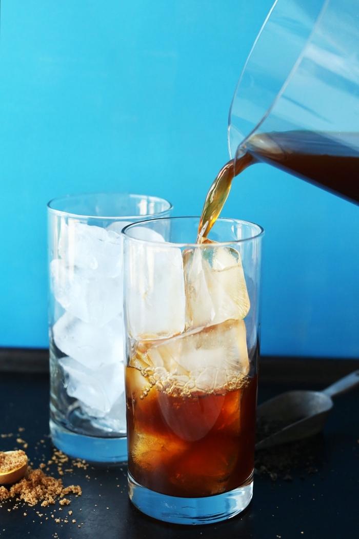comment servir un thé glacé, préparation thé noir infusion, servir un thé noir dans verres remplis de glaçons