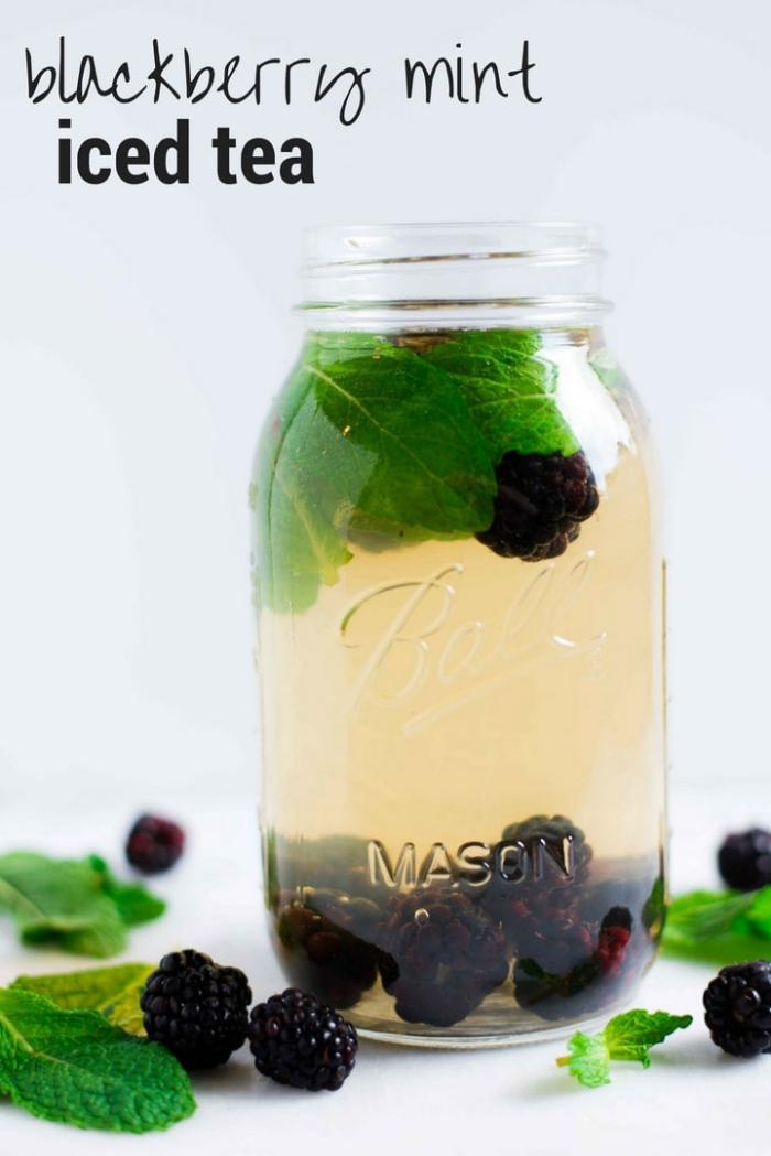 idée thé glacé menthe et mûres, boisson froide pour l'été à faire soi-même, exemple thé glacé sans sucre avec feuilles de menthe