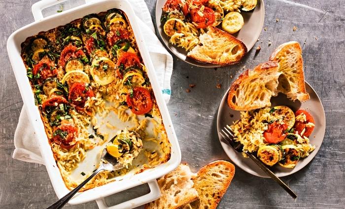 casserole d'orzo avec courgettes et tomates gratinées, idee recette plat principal au four à base de courgettes