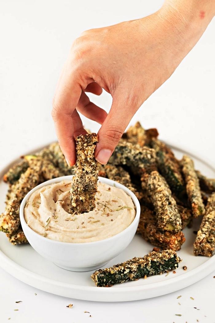 recette healthy de frites de courgettes au four avec sauce houmous maison, idée apéritif healthy à base de courgettes