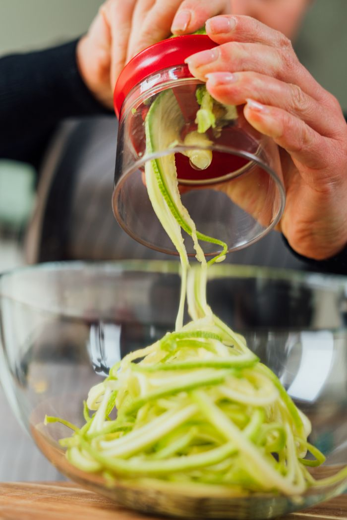 idee outil coupe légumes pour faire spaghetti de courgette soi meme, recette repas du soir facile vegetarien
