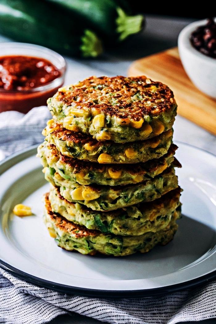 recette facile et rapide pour le soir à base de courgettes, galettes de courgettes et maïs avec sauce tomates