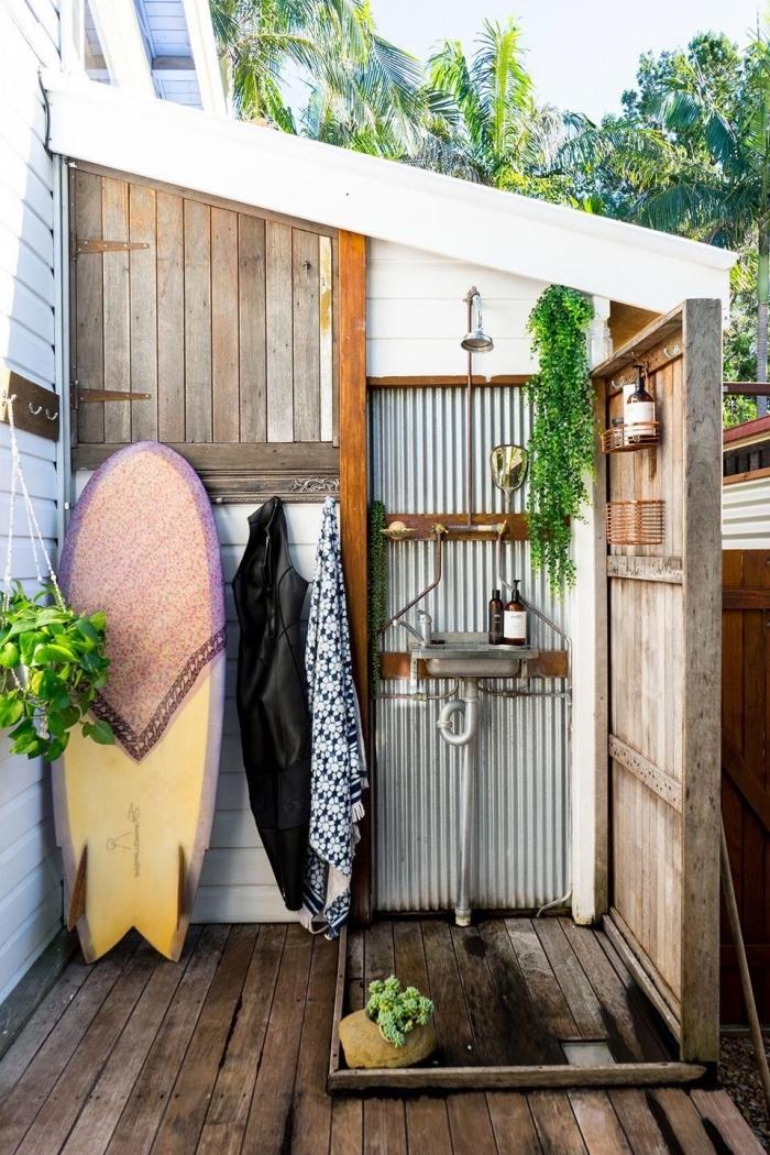 exemple comment aménager une petite salle d'eau dans la cour arrière, douche dans le jardin avec bardage blanc