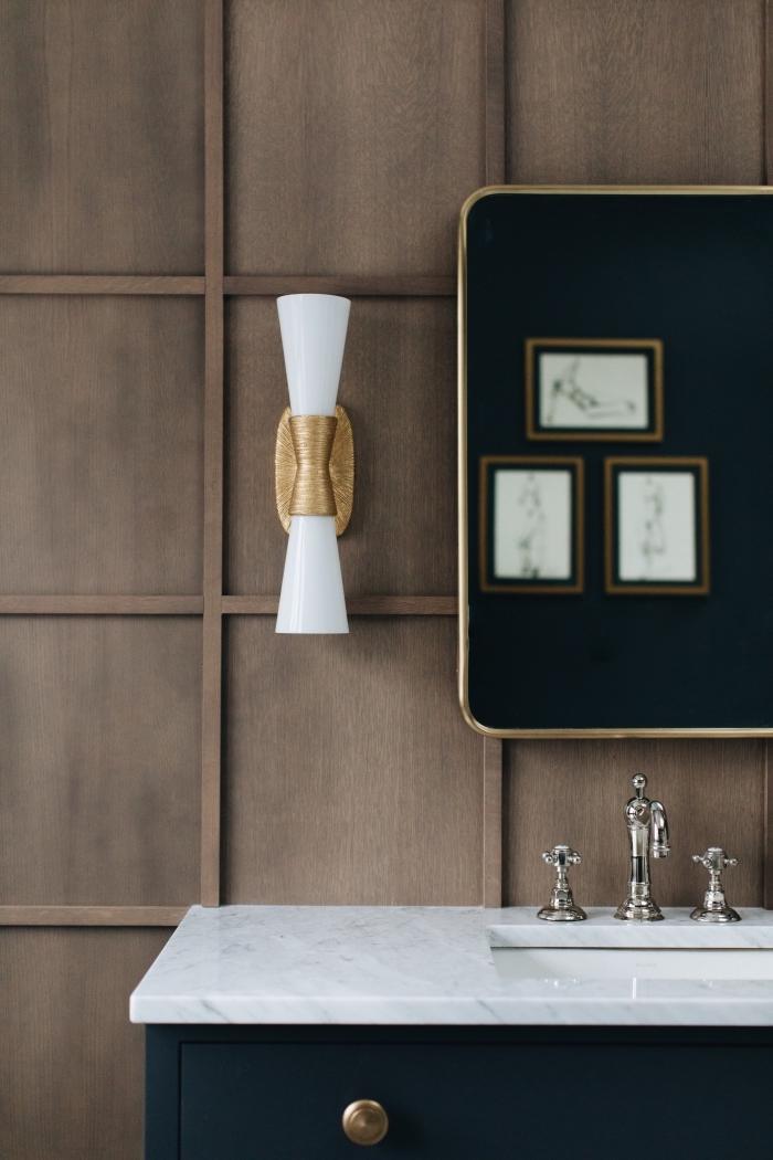 comment décorer une salle de bain noir et blanc, exemple panneaux pour mur salle de bain à effet bois foncé