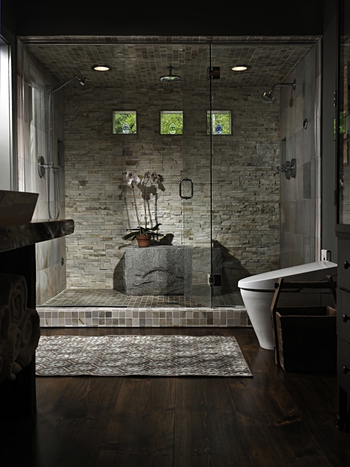 comment aménager une salle de bain zen aux couleurs foncées, idée salle de bain avec cabine de douche aux murs pierres