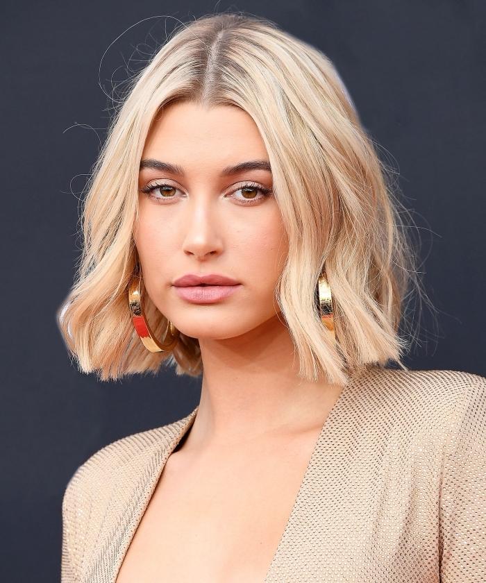 coupe de cheveux tendance 2019 femme, modèle de carré mi long avec pointes ondulés aux racines foncées