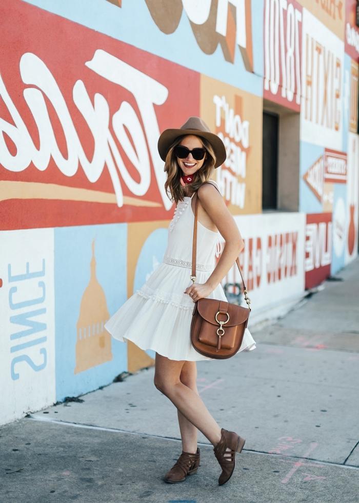 tenue casual chic avec robe blanche dentelle courte et jupe évasée, idée accessoire lunettes noires avec robe blanche