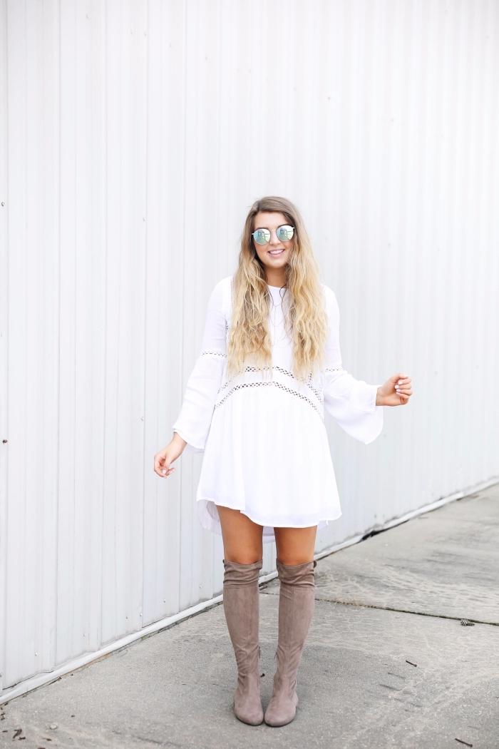 comment porter une robe blanche fluide aux manches longues avec bottes genoux en gris clair, accessoire mode femme