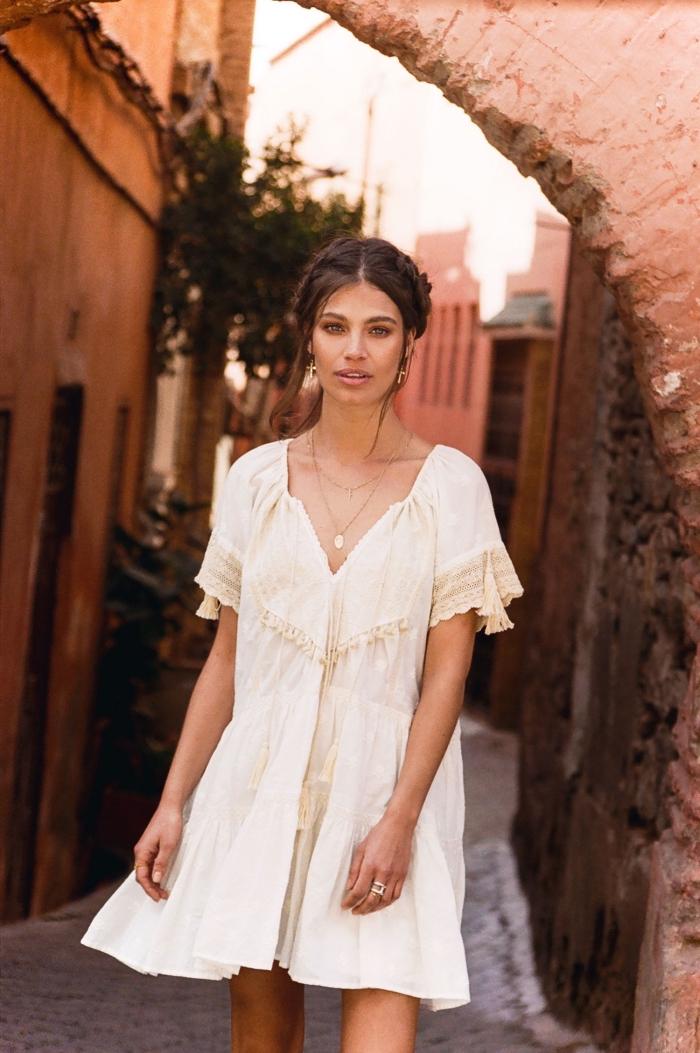 style vestimentaire femme bohème, idée robe blanche été courte à design fluide avec manches courtes à détails tassels