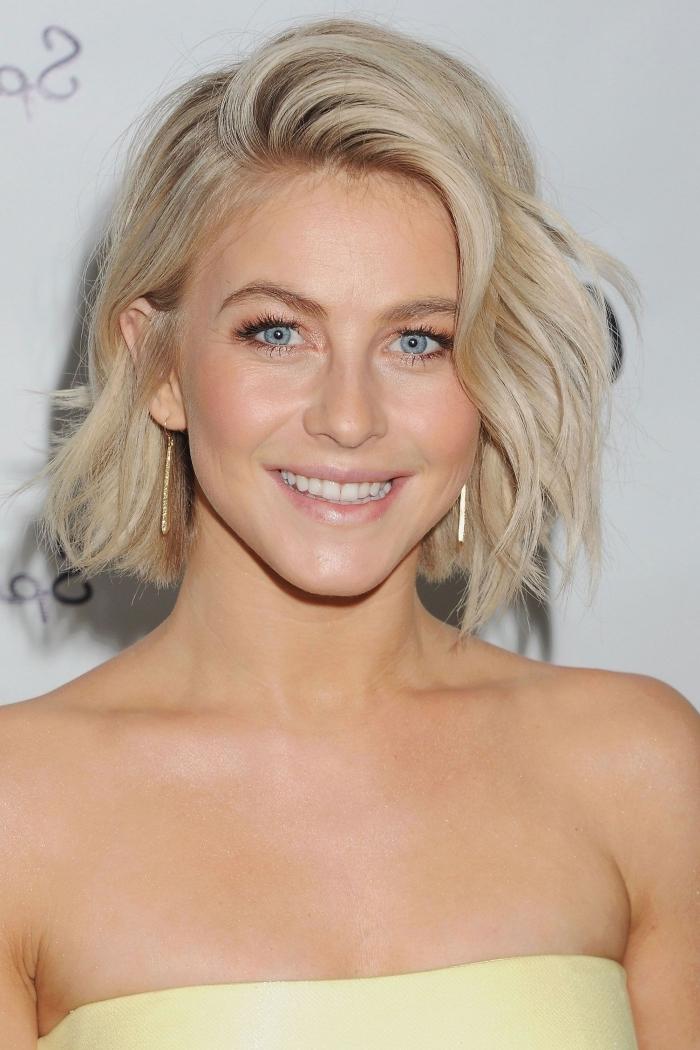 comment porter ses cheveux mi-longs avec raie de côté et longueurs ondulées, idée maquillage nude pour yeux bleus