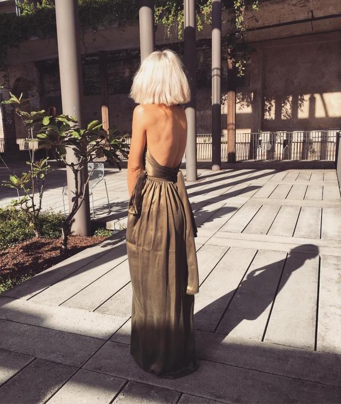 coupe de cheveux courte tendance femme 2019, idée coupe carré blond blanc aux racines foncées, robe longue d'été