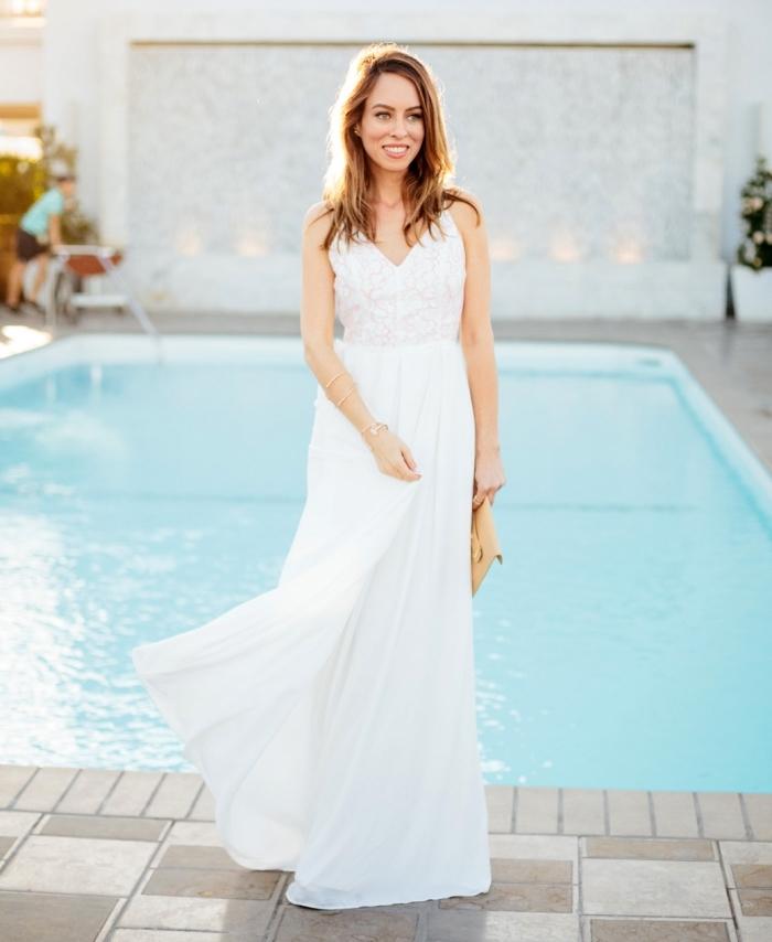 modèle de robe longue blanche avec décolleté en v brodé, idée comment bien s'habiller femme en robe fluide blanche