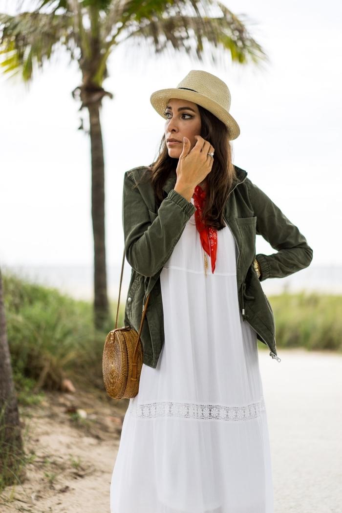 comment porter veste kaki femme, idée avec quoi combiner une robe blanche fluide, modèle sac à main rond marron