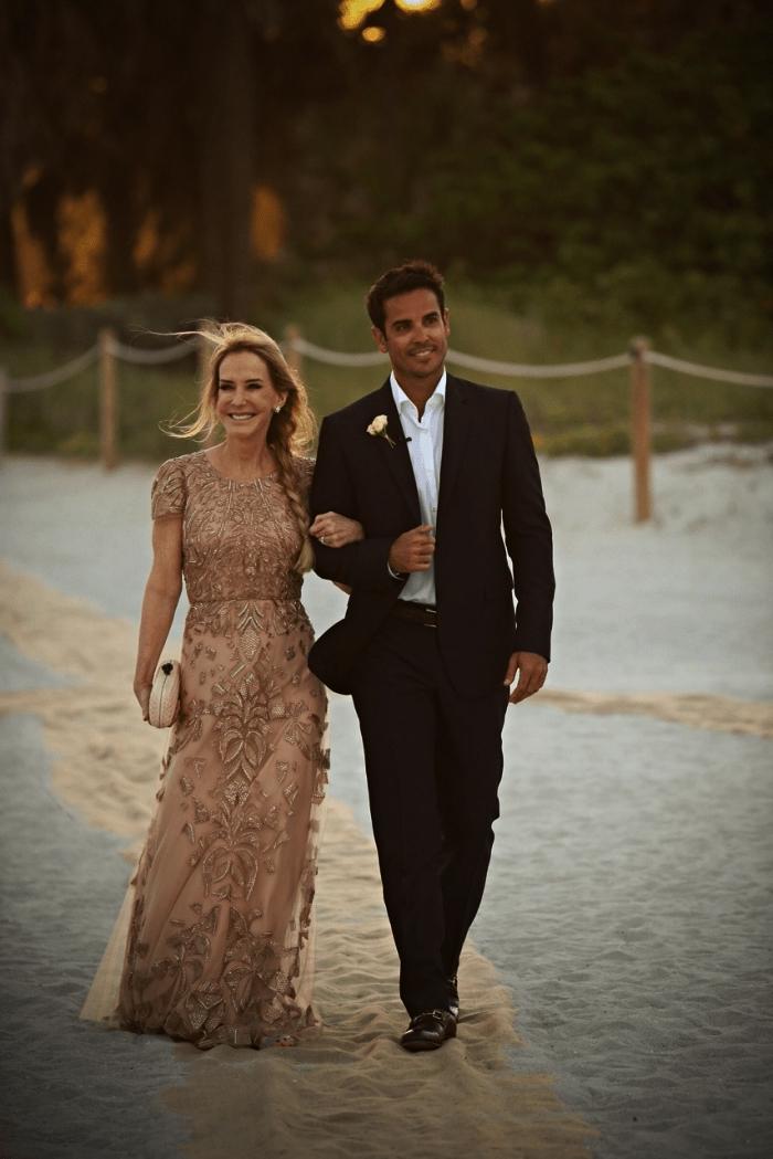 robe mere de la mariee haute couture couleur nude ornée d'appliques en dentelle, coiffure mère de la mariée tresse de côté