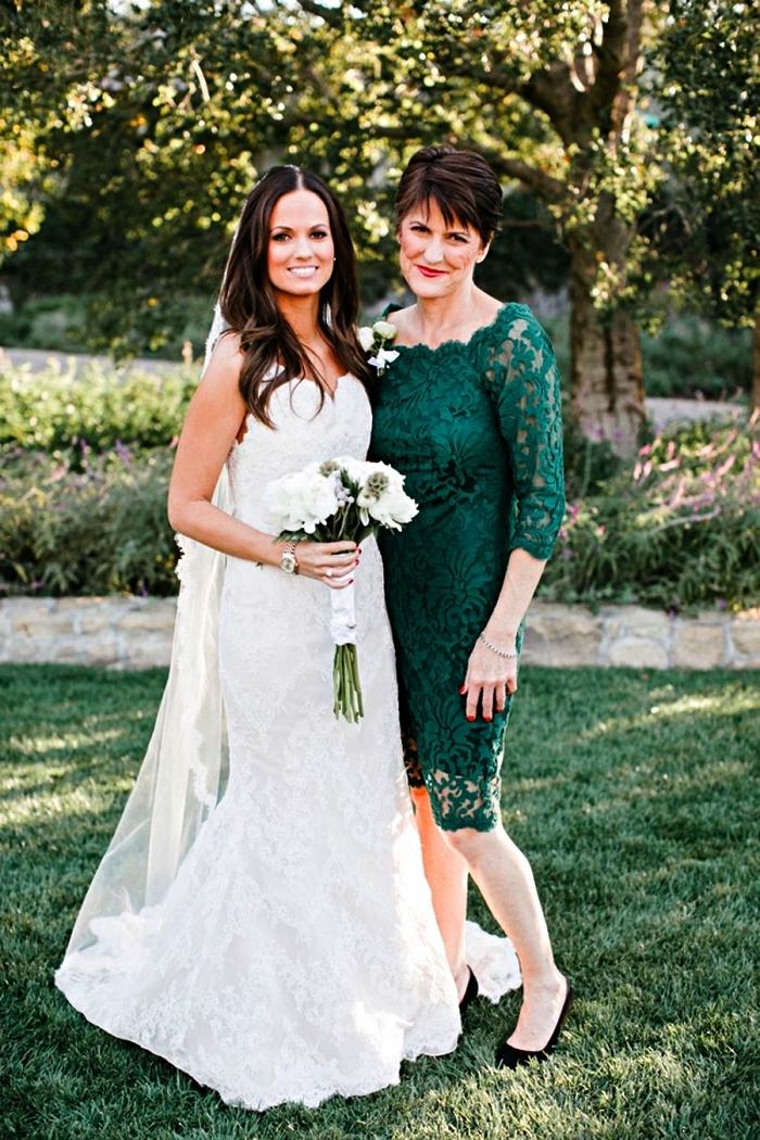 robe de cérémonie femme chic pour la mère de la mariée, robe dentelle verte longueur genou avec manches trois-quart
