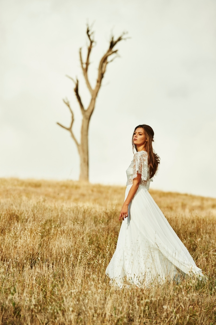 modèle de robe blanche longue avec manches chauve-souris en dentelle florale, exemple de coiffure cheveux longs épais