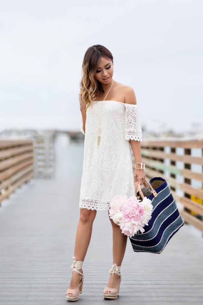exemple de robe fleurie femme en dentelle blanche, modèle de sandales compensées en rose pastel avec lacets ruban blanc