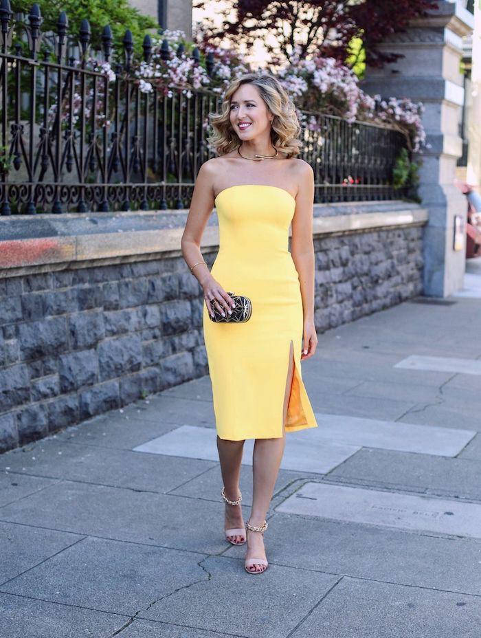 robe de soirée chic et classe idée robe jaune moulante avec fente et des chaussures rose quelle couleur de robe choisir