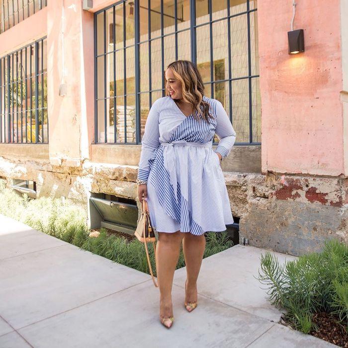 exemple de robe courte bleu clair à rayures avec décolleté en v et sac à main et chaussures or