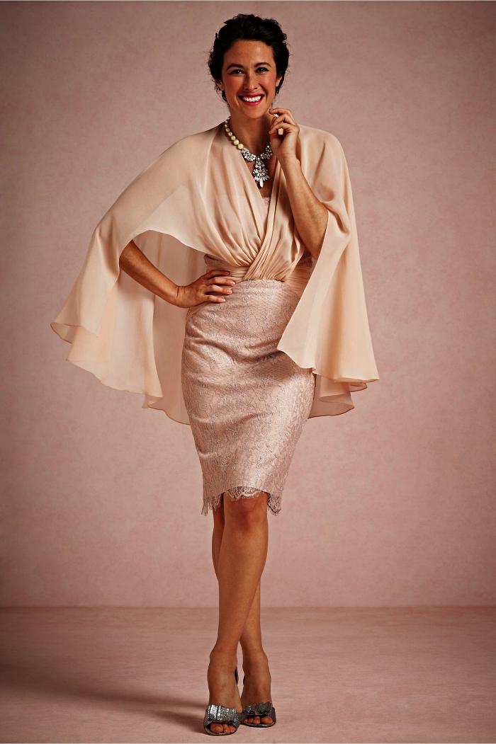 modèle de robe chic pour mariage, robe mère de la mariée longueur genou avec manches effet cape de couleur écru, contrastant avec la jupe droite