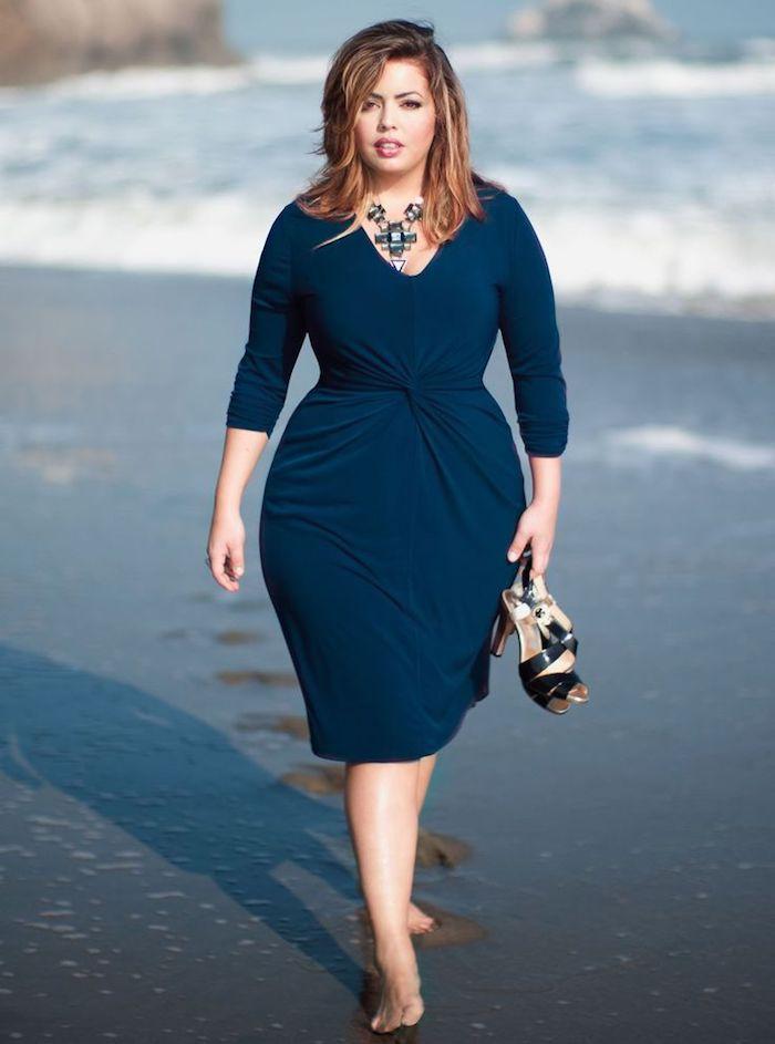 idee de robe couleur bleu avec manches drapée au centre du ventre, tenue femme ronde chic