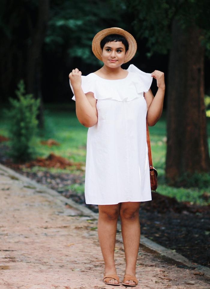 robe blanche avec volant sur le décolleté, robe grande taille chic et simple de couleur blanche