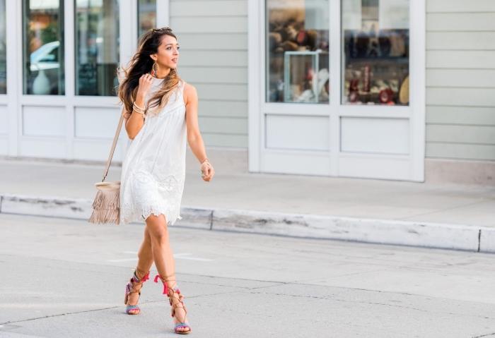 modèle de sac à main avec frange en rose pâle, idée robe blanche été courte et fluide, paire de lunettes de soleil tendance femme