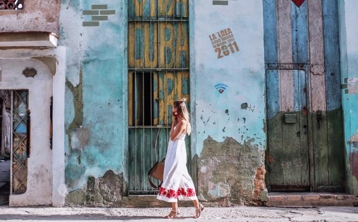 exemple de robe blanche longue avec ornements bordure à motifs floraux en rouge, idée coiffure cheveux mi-attachés