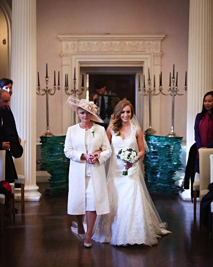 robe de cérémonie blanche assortie avec une veste habillée femme pour mariage et un chapeau de cérémonie rose poudré