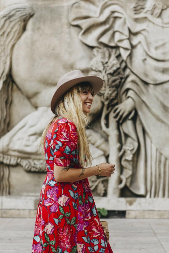 robe florale rouge, chapeau panama gris taupe, grand monument, cheveux blonds, chapeau femme été