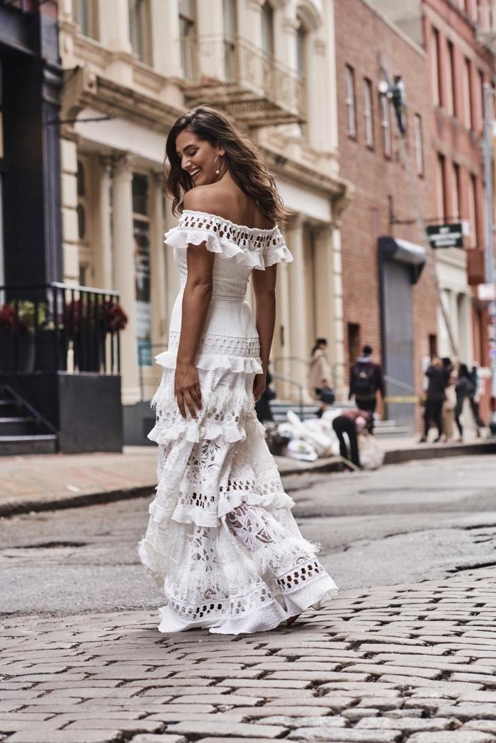 modèle de robe en dentelle de style gypsy, idée robe blanche longue et fluide avec épaules dénudées et ornements volants
