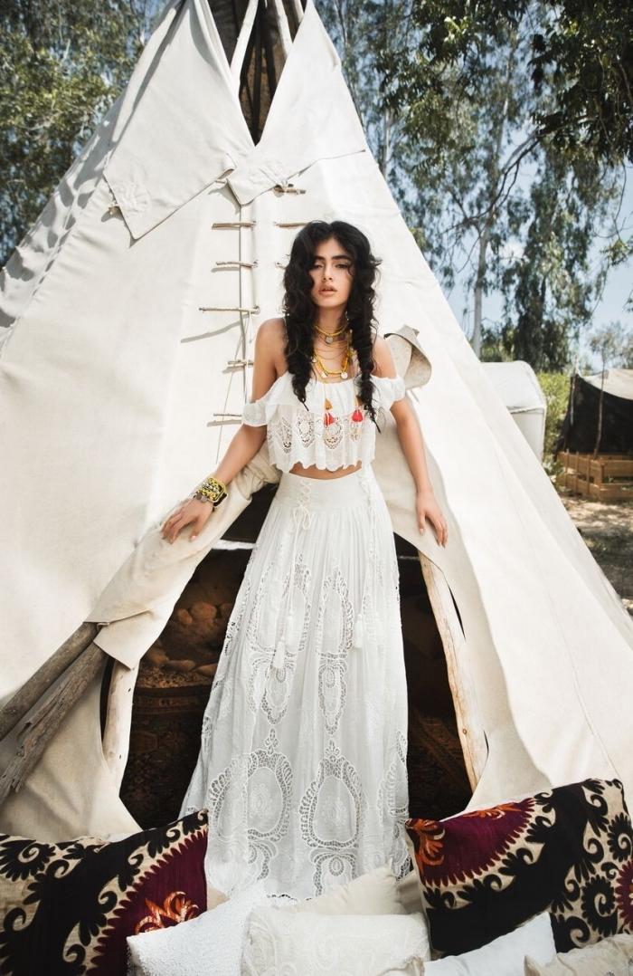 style vestimentaire gypsy femme, idée tenue d'été en robe blanche longue deux pièces, coiffure cheveux bouclés