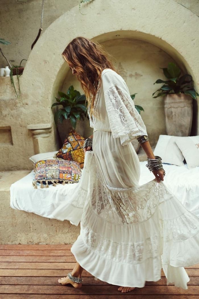 mode bohème chic femme, exemple de robe longue fluide aux manches fluides avec décoration en dentelle florale