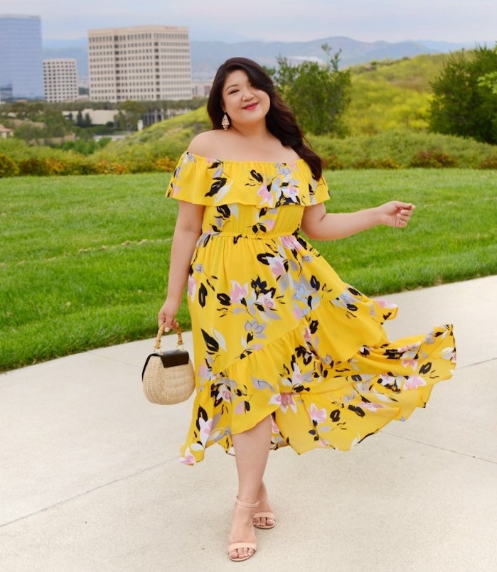 robe grande taille femme moderne, robe jaune à imprimé fleuri style fluide, sac à main tendance