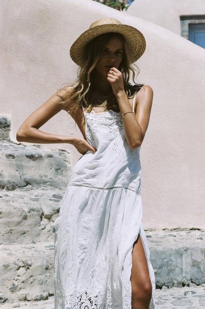 mode femme bohème chic, idée robe d'été longue et blanche fluide avec fente sur le côté et décoration en dentelle florale