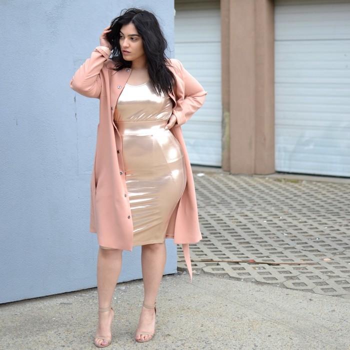 idée de tenue femme chic pour occasion spéciale pour une femme ronde, robe moulante or et manteau saumon