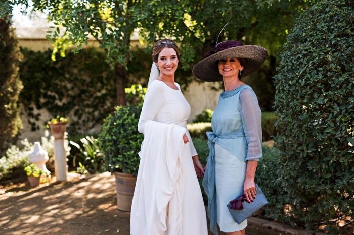 quelle robe mere de la mariee choisir, robe de cérémonie longueur genou à coupe droite avec un haut de mousseline de soi