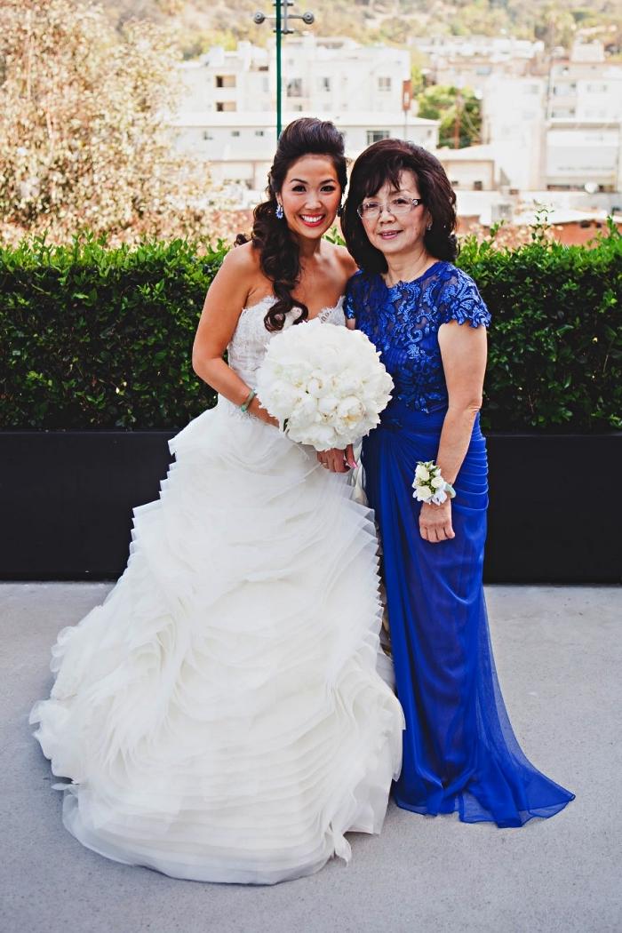 tenue ceremonie femme 50 ans, robe mère de la mariée couleur bleu roi avec haut en dentelle et jupe plissée