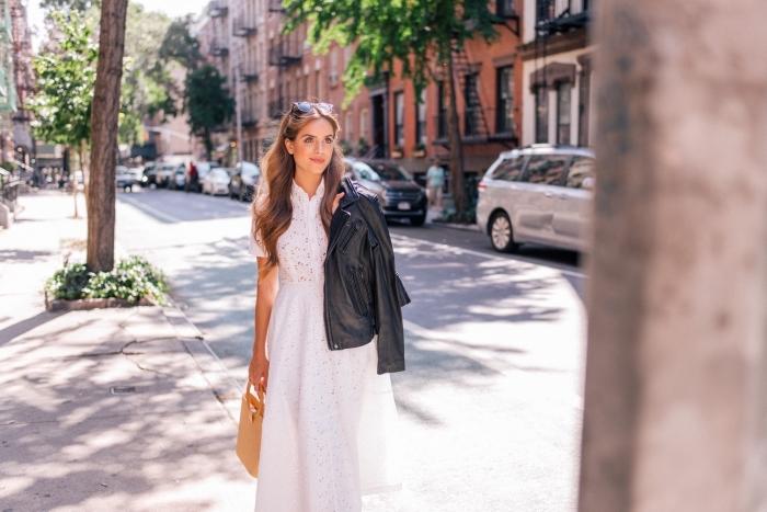 comment porter une robe blanche avec veste en cuir noir, idée accessoire été femme avec sac à main en beige