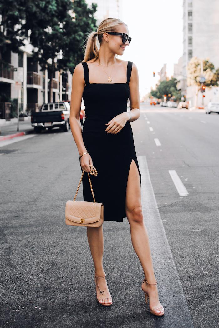 Petite robe noire fendue, style casual mais toujours stylé, tenue chic femme, sandales couleur nude à talon